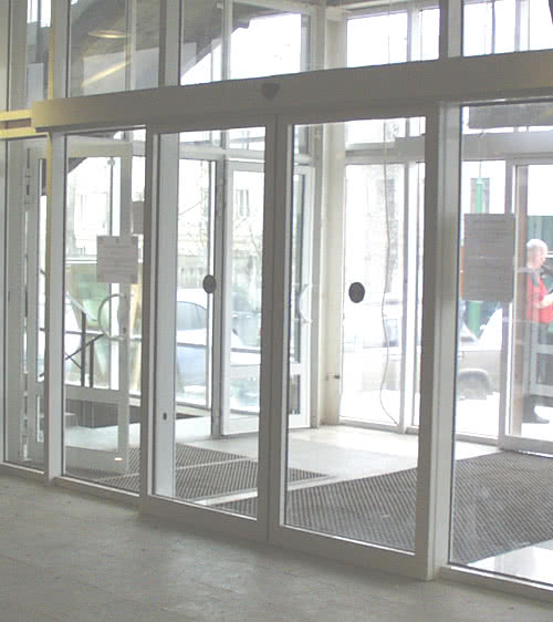 фото: магазинные двери