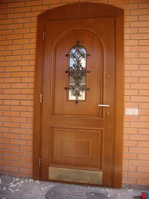 фото: входная парадная дверь