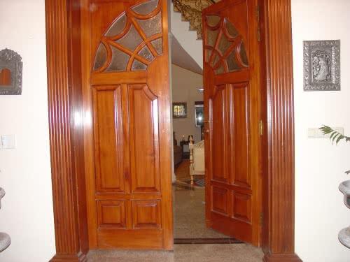 фото: большая арочная дверь