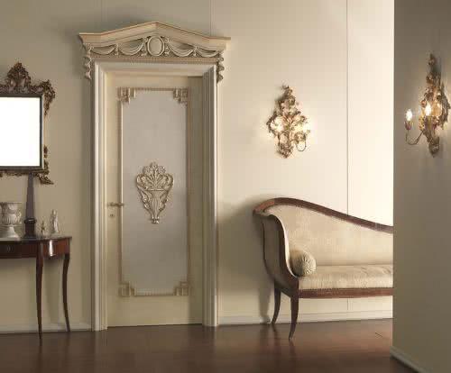 фото: лепнина на межкомнатной двери