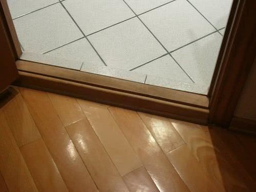 фото: монтаж порогов двери