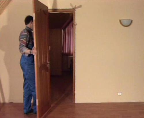 фото: установка дверного полотна в коробку