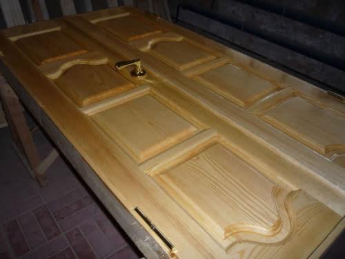 фото: Наносим лак на деревянную дверь