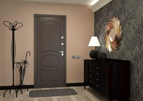 фото: Вариант деревянной отделки входной двери с внутренней стороны