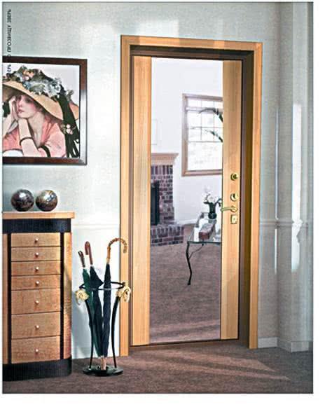 фото: Входная дверь с зеркальной отделкой