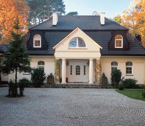 фото: Входные двери для дачи должны быть выполнены в одном стилистическом направлении с домом