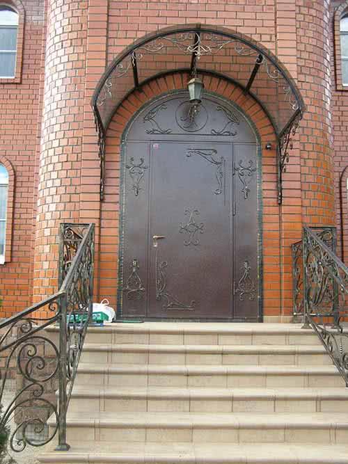 фото: входная дверь из кованного металла