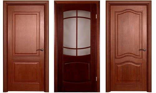 Фото: Деревянная дверь в ванную и туалет