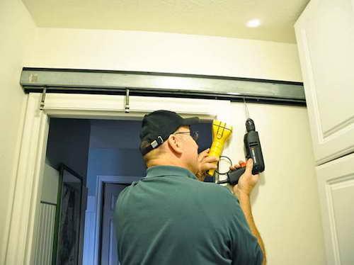 фото: установка раздвижной двери по стене