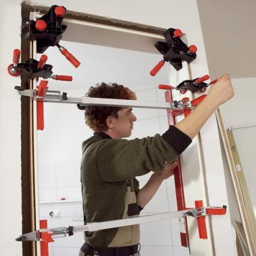 фото: Приспособление для установки дверей