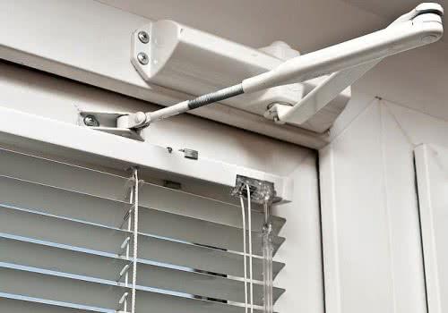 фото: накладной доводчик двери