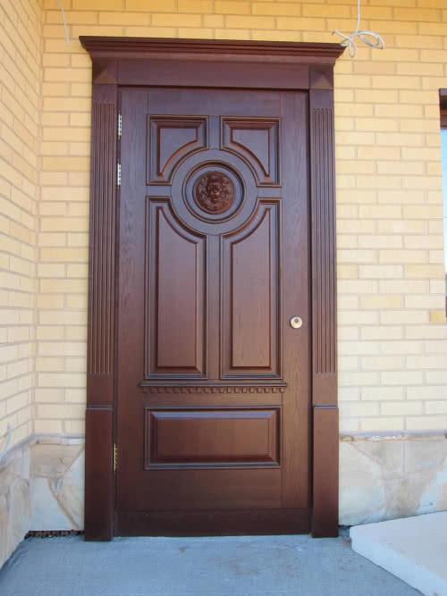 фото : Деревянная дверь требует особого внимания от владельцев