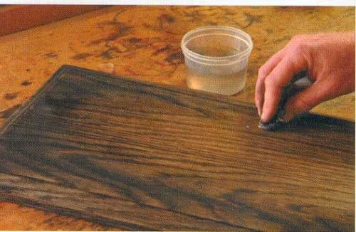 фото: Нанесение морилки на деревянную поверхность