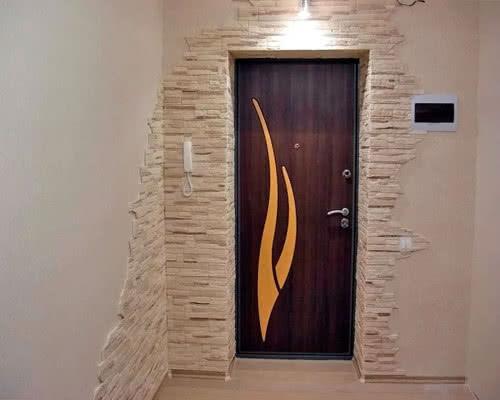 Внутренняя отделка входной двери позволяет объединить пространство прихожей