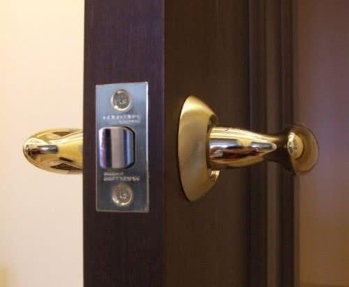 фото: Врезная ручка для межкомнатной двери