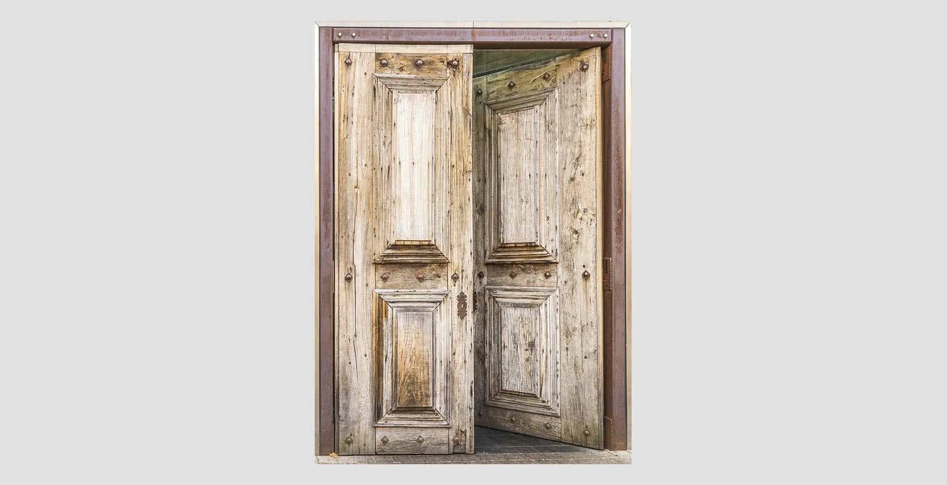Чем покрыть деревянную дверь