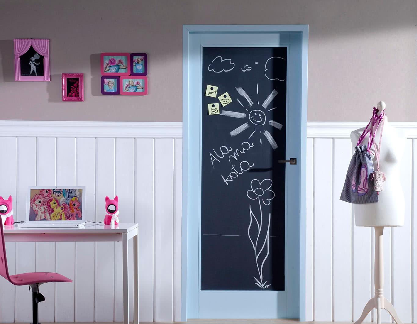 Дверь в детскую