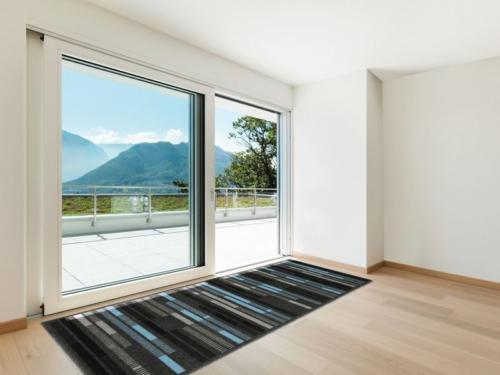 Широкие балконные двери со стеклом до пола